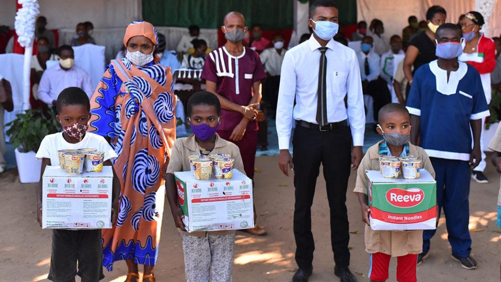3 3 1 Distribution alimentaire Ecole primaire de Mampikony Madagascar Photo FBOA